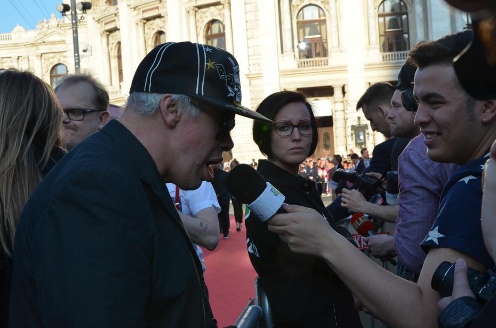 Sångaren Kari Aalto ger intervjuer åt internationell press. Foto: Linda Granback